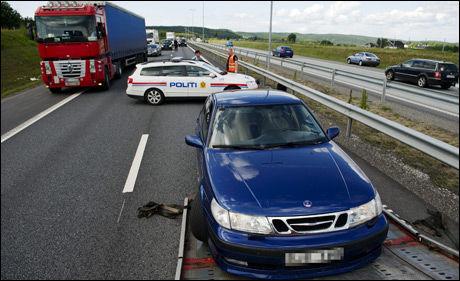 FANT SAAB: Politiet fant tirsdag en blå Saab som de hadde jaktet siden barna ble kidnappet. De to mennene som satt i Saaben ble pågrepet. Foto: OLE-MARTIN GRAV