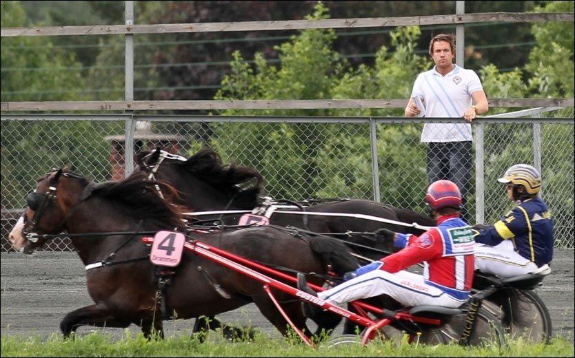 SPENT: Her følger Espen Edvardsen med mens vennen Kristian Malmin og hesten Ramstad Loke ligger tett på Geir Flåten og hesten Føynland Kongen i det avgjørende løpet. Foto: Trav24.no