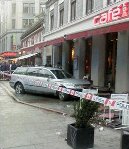 TRE SKADET: Tre personer skal ha blitt skadet da bilen traff uteserveringen. Foto: MMS / VG Nett-tipser