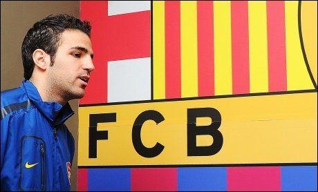 ETTERTRAKTET: Barcelona ønsker å hente tilbake Cesc Fabregas, her før før 1/8-finalen i Champions League mot nettopp Barcelona, som startet sin karriere på Nou Camp. Spanjolene er forventet til å komme med et forbedret bud, etter at de fikk avslag fra London-klubben. Foto: Carl de Souza, AFP