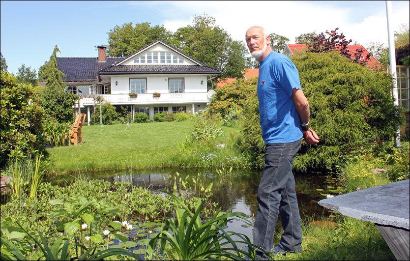 HAGEGLAD: Familien Didriksen har blant annet anlagt dam i den velfylte hagen. Foto: Vidar Enerstvedt