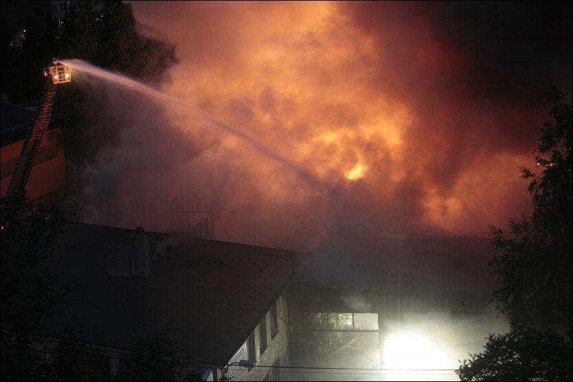 Det brant kraftig i Mekonomens lokale i Smalvollveien på Alnabru i Oslo søndag natt. Foto: Stian Lysberg Solum / SCANPIX