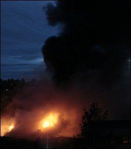 RØYKSKY: Det steg svart røyk opp fra bilverkstedet. Foto: Scanpix