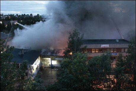 BRANT KRAFTIG: Det brant kraftig i Mekonomens lokale i Smalvollveien på Alnabru i Oslo søndag natt. Foto: Stian Lysberg Solum / SCANPIX