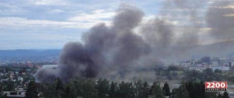 STOR BRANN: Det brøt lørdag kveld ut en stor brann ved et bilverksted på Alnabru i Oslo. Foto: MMS / VG Nett-tipser