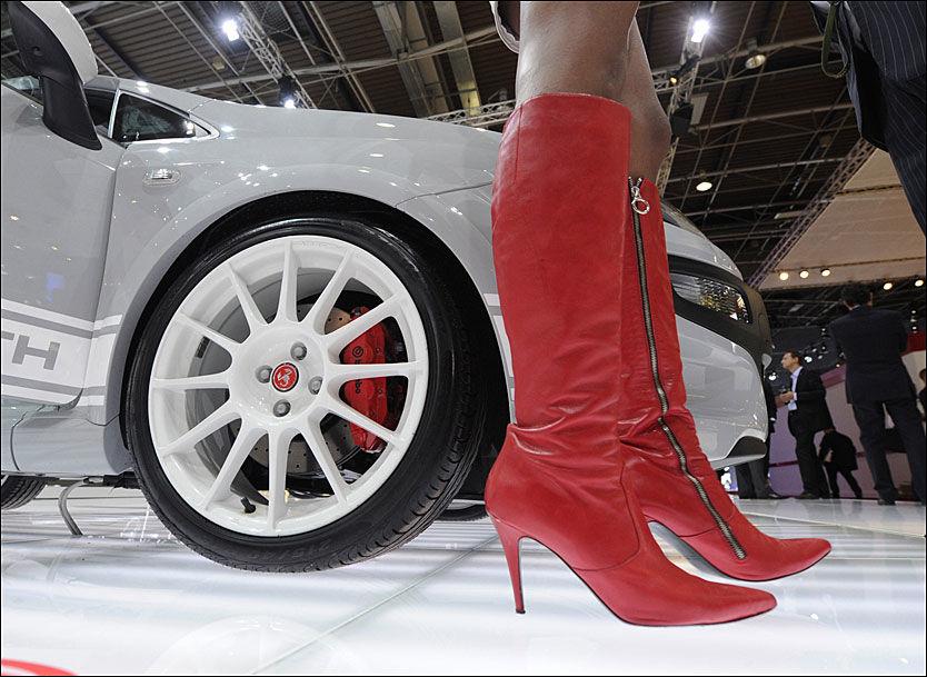 DAMEMAGNET: Dyre sportsbiler øker sjansen for korte forhold med kvinner. Foto: DPA