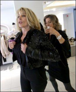 DOMMEN: Alle klær må prøves, sier Melanie Payge. her hjelper hun Irene Gambino på med en Stella McCartney-jakke. Foto: TERJE BRINGEDAL/VG