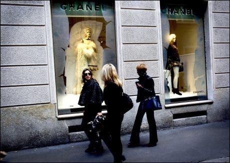 MOTE-MEKKA: «Alt» av dyre motebutikker fins i Milanos gylne firkant. Her er Chanel. Foto: TERJE BRINGEDAL/VG
