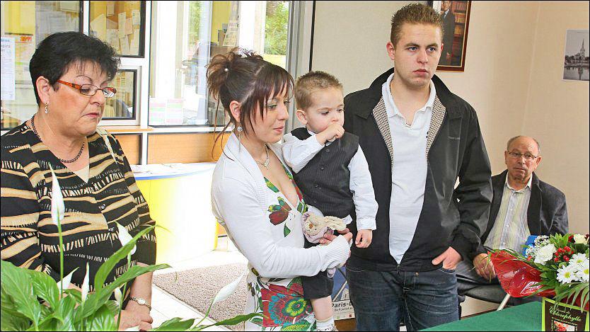 KJÆRLIGHETSBEVIS: Karen Jumeaux fikk endelig gifte seg med mannen hun elsker. Her er hun sammen med sin sønn Andy og to vitner. Skulle hun ønske å gifte seg på nytt må hun be om skilsmisse, sier juridiske eksperter. Foto: AFP / Francois Nascimbeni