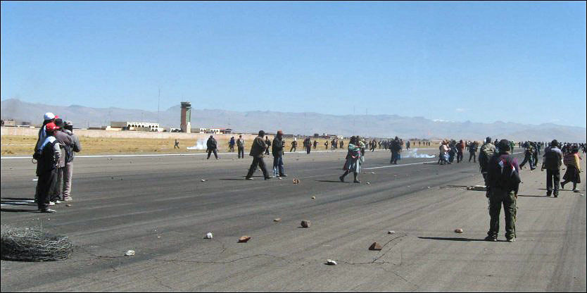 PROTESTERER: Fem personer er drept etter at flere demonstranter prøver å ta kontroll over flyplassen Manco Capac i Peru. Foto: AP PHOTO
