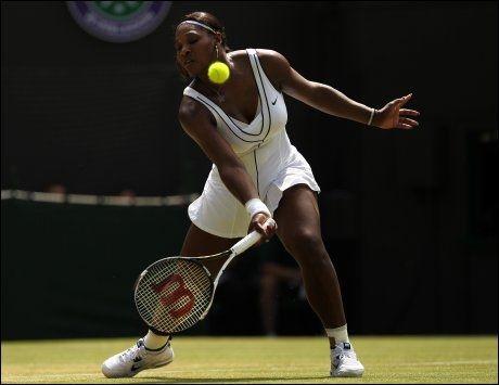 RETT UT: Serena Williams lyktes ikke i det hele tatt på Wimbledon-gresset mandag. Foto: PA Photos