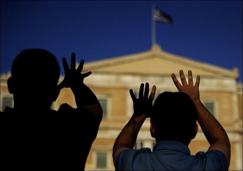 GENERALSTREIK: Greske demonstranter protesterer foran det parlamentet i Athen den 27.juni. Foto: AFP