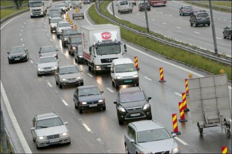 TRAFIKKORK: Veibyggingen på E6 ved Furuset skapte kø mandag formiddag. Foto: Scanpix