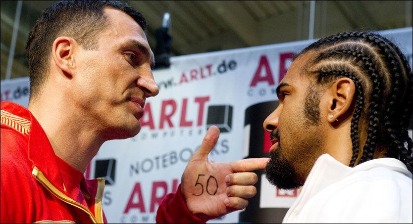 NESTE OFFER? Vladimir Klitsjko retter en advarende pekefinger mot David Haye etter å ha skrevet tallet 50 i hånden - fordi han mener Haye blir den 50. knockouten i karrieren. Foto: AFP