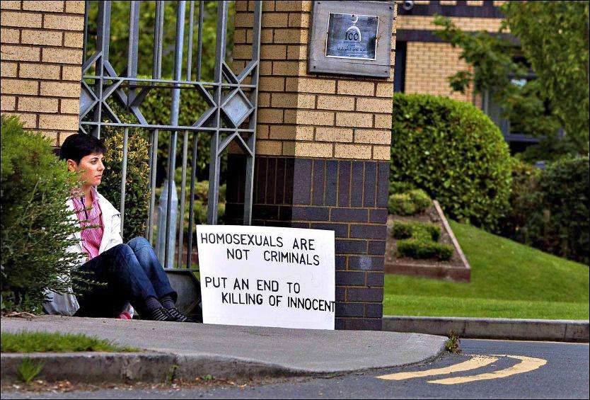 PROTESTERTE: Slik satt Sara Mats Azmeh Rasmussen og demonstrerte, da foreldrene grep inn. Teksten på plakaten hadde hun forandret til: «Homosexuals are not criminals - Open the door to us». Foto: Fredrik Solstad