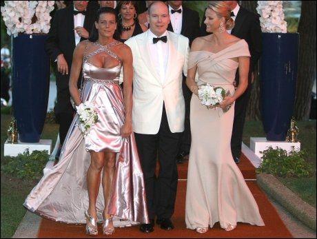 KRITISERT: Prins Alberts søster har ikke alltid vært like heldig med antrekkene, og har flere ganger dukket opp i oppsiktsvekkende kreasjoner. Her sammen med sin bror og han forlovede Charlene Wittstock. Foto: AFP