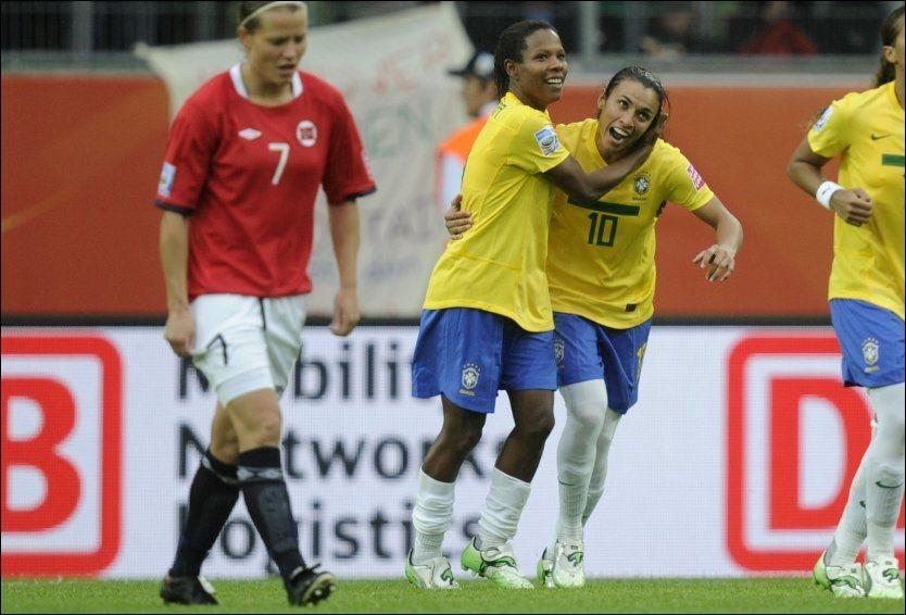SAMBAFOTBALL: Trine Rønning kunne ikke annet enn deppe etter at Rosana og Marta sammen sørget for 3-0 seier til de brasilianske jentene i kveld. Foto: AFP