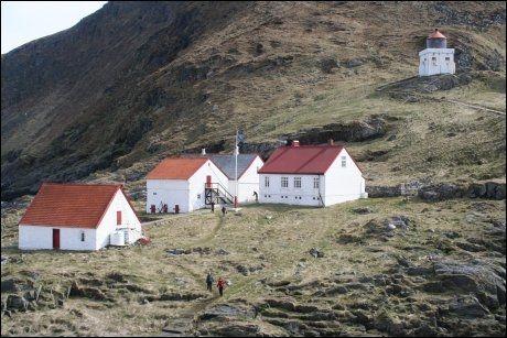 I HAVGAPET: Runde Fyr er også DNT-hytte, på spissen av fugleøya. Foto: Ålesund-Sunnmøre Turistforening