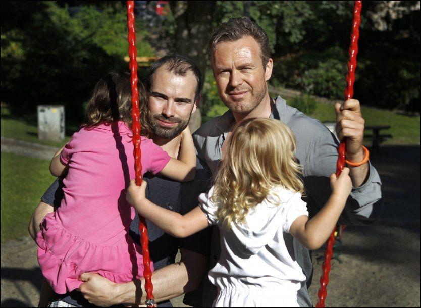 TO FEDRE: Nola og Anna (4) ble født av amerikansk surrogatmor. Nå granskes de og fedrene Geir (til høyre) og Sebastian Kvarme av norske myndigheter. Fedrene ønsker ikke å vise tvillingenes ansikt, av hensyn til barna. Foto: Nils Bjåland/ VG