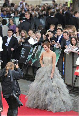 MAGISK: Emma Watson som har spilt Hermione i Harry Potter-filmene i en kjole fra Oscar De La Renta på den røde løperen. Foto: Afp