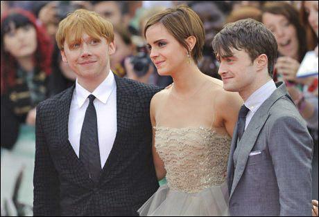 PREMIEREKLARE: Rupert Grint, Emma Watson and Daniel Radcliffe takket hverandre og publikum på den røde løperen. I kveld slutter eventyret for godt. Foto: Pa Photos.