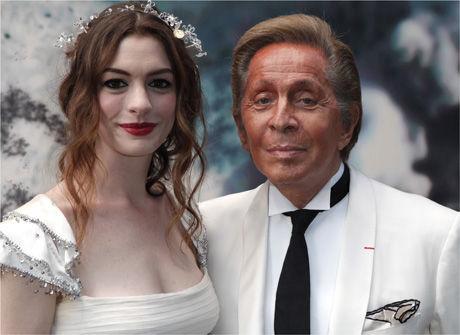 ARRANGØR:Skuespiller Anne Hathaway og kveldens vert, motedesigner Valentino Garavani. Foto: AP