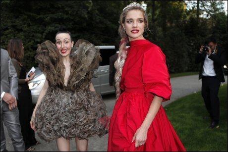 FLOTT I RØDT: Supermodell Natalia Vodianova var en av gjestene, som alle ankom i de utroligste kreasjoner.Foto: AP