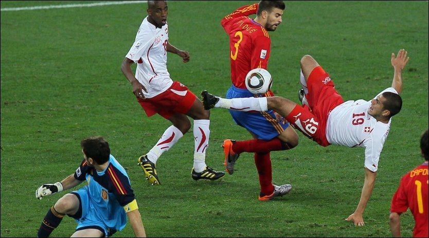 TRE X 30: I denne VM-kampen i 2010 mellom verdensmester Spania og Sveits ble det spilt en kamp med to omganger på 45 minutter. I 2022 kan spillerne få en ekstra pause. Foto: Karim Jaafar, Afp, Scanpix