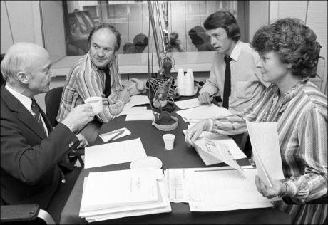 STORT TALENT: Olav Versto (t.h.) viste tidlig sitt talent som politisk journalist og kommentator. Her i P2s radiostudio i 1983 sammen med fra venstre Kåre Willoch (H), journalist Ole Kristen Harborg og Gro Harlem Brundtland (Ap). Foto: BJØRN FJØRTOFT/AFTENPOSTEN