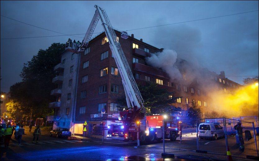 BRENNER: I Dælenenggata fikk politiet melding om røyk fra fjerde etasje. Det ble evakuert 20 personer, og en kvinne ble kjørt til Ullevål sykehus. Foto: Scanpix