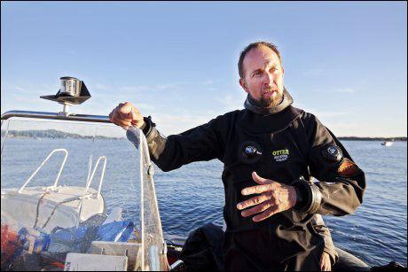 INNSTILLER AKSJONEN: Daglig leder i Stavern dykkersenter, Roger Wisth, sier det er for mørkt til å lete videre etter den savnede Kiwi-sjefen i kveld, men at de vil ta opp letingen i morgen igjen. Foto: Jørgen Braastad, VG