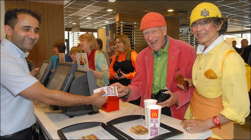 McTHON: Olav Thon har brukt 15 millioner kroner på et nybygg for å få McDonalds til å åpne restaurant i Flå. Her sammen med sin samboer, Sissel Berdal Haga under åpningen. Foto: ARNE O. LINDAHL/HALLINGDØLEN
