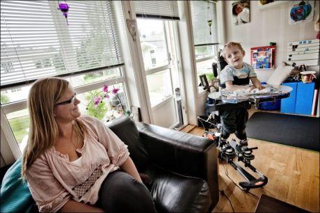 PÅ HJEMMEBANE: Mamma Karina vil ha Daniel boende hjemme hos seg. Foreldrene legger nå planer for å bygge ut huset. Daniels utstyr krever sin plass. Foto: Øyvind Nordahl Næss, VG