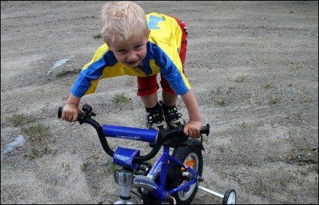 AKTIV: Sommeren før ulykken. Daniel er en aktiv gutt, som sykler rundt i gaten hele dagen. Foto: PRIVAT