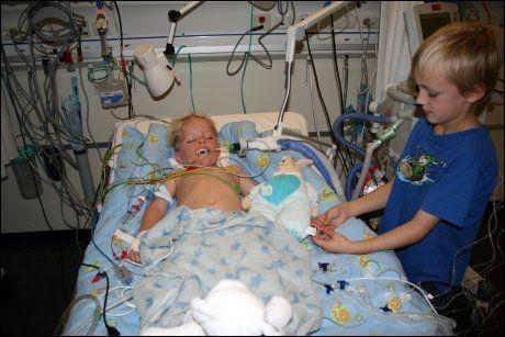 STOREBROR: Fire dager etter ulykken, våker storebror Sebastian (9) ved Daniels seng. Foto: PRIVAT