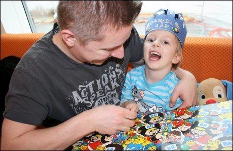 BURSDAGSBARN: Fireårsdagen til Daniel feiret ved barneavdelingen ved Ålesund sykehus. Et halvt år etter ulykken er han fremdeles innlagt. Foto: PRIVAT