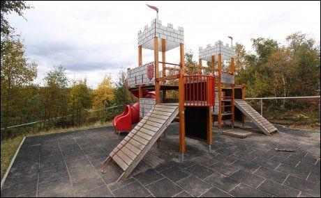 HANG FAST: Det var under lek i dette lekestativet ved Vegsund barnehage i Ålesund at Daniel ble hengende fast med et hoppestrikk rundt halsen. Foto: Raymond Leine