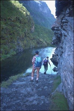 BRATT OG VAKKERT: Innimellom er det bratt å vandre i Aurlandsdalen. Men det er utrolig vakkert. Foto: ANNE BERGSENG.