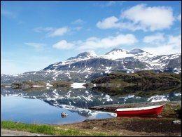 SOMMER I SULITJELMA: Sommer er også høytid for fjellturer. I Sulitjelma-fjellene kan du få dobbelt opp av det meste - her er det Otertind som speiler seg i i innsjøen Muorki. Foto: TOR O. IVERSEN.