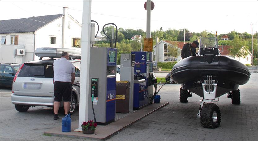 UVANLIG SYN: RIB-en med trehjulstrekk på bensinstasjon i Skjoldestraumen. Foto: Jørn Finsrud/Båtliv