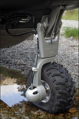 GOD FRAMDRIFT: Hjulene er godt dimensjonerte, og den norske forhandleren anbefaler trehjulsdrift framfor tohjulsdrift. Foto: Jørn Finsrud/Båtliv