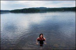 MORGENBAD: Klokken er halv syv om morgenen, og Susanne Hannestad tar et morgenbad i Bjørnsjøen nedenfor Kikutstua i Nordmarka. En frisk start på dagen på yogaferie. Foto: ANNE BERGSENG.