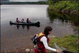 UT PÅ TUR: Kanotur på Bjørnsjøen er en hyggelig aktivitet for gjengen som er på yogaferie i Nordmarka. Susanne Hannestad skal gjøre klar en kano. Foto: ANNE BERGSENG.