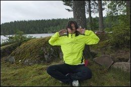 """LAR HUMLA SUSE: Susanne Hannestad gjør yogaøvelsen """"humlen"""" på en liten øy i Bjørnsjøen i Nordmarka. Denne øvelsen skal skape klarhet i sinnet og ro i kroppen. Foto: ANNE BERGSENG."""