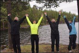 HILSEN TIL SOLEN: Eckart Holtz, Susanne Hannestad, Jeanette Olstad og Lotta Myhre gjør solhilsen på en øy i Bjørnsjøen i Nordmarka. De er på yogaferie, og er snart klare for å nyte matpakken utendørs. Foto: ANNE BERGSENG.