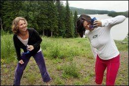 NESESKYLLING: Yogalærer Elizabeth Lyseng viser Susanne Hannestad hvordan hun skal skylle nesen på yogavis ved Kikut i Nordmarka. - Stikk tuten inn i nesetippen, ta haken litt inn, forklarer Elizabeth Lyseng. Foto: ANNE BERGSENG