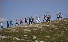 YOGA TIL FJELLS: Yogaen får en ekstra dimensjon når den gjøres ute i naturen. Her fra et kurs ved Kalhovd Turisthytte på Hardangervidda. Foto: GEIR OLSEN.