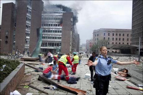 KRIGSOMRÅDE: Området utenfor Regjeringskvartalet og Akersgata ser ut som et krigsområde etter en kraftig eksplosjon fredag ettermiddag. Foto: KYRRE LIEN / VG