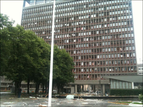 SMADRET: Hele bygningen som blant annet huser kontoret til Jens Stoltenberg er smadret av eksplosjonen. Foto: OLE N. OLSEN