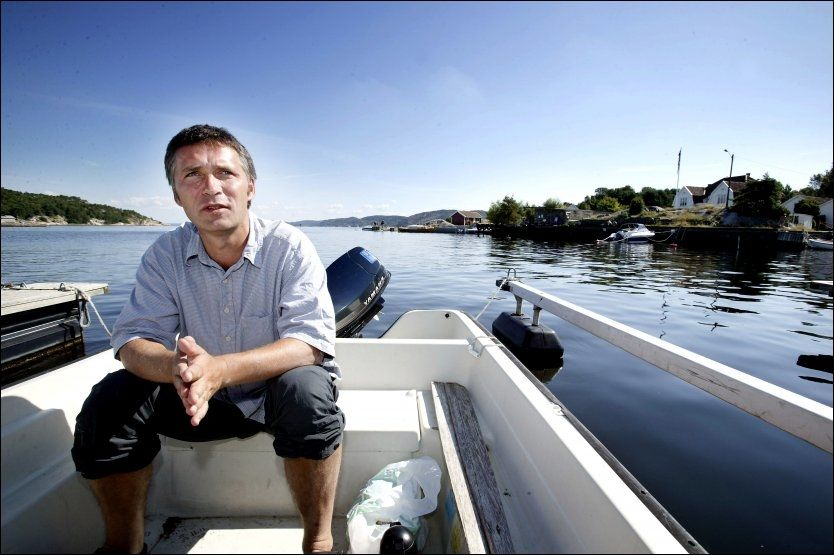 GLAD I SJØEN: Her er statsminister Jens Stoltenberg fotografert i en båt på hytta på Hvaler i 2005. Nå får han kritikk for båten han fikk i 50-årsgave. Arkivfoto: THOMAS ANDREASSEN, VG